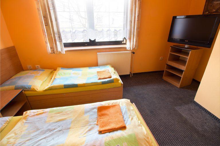 Ukázka dvoulůžkového pokoje s televizé